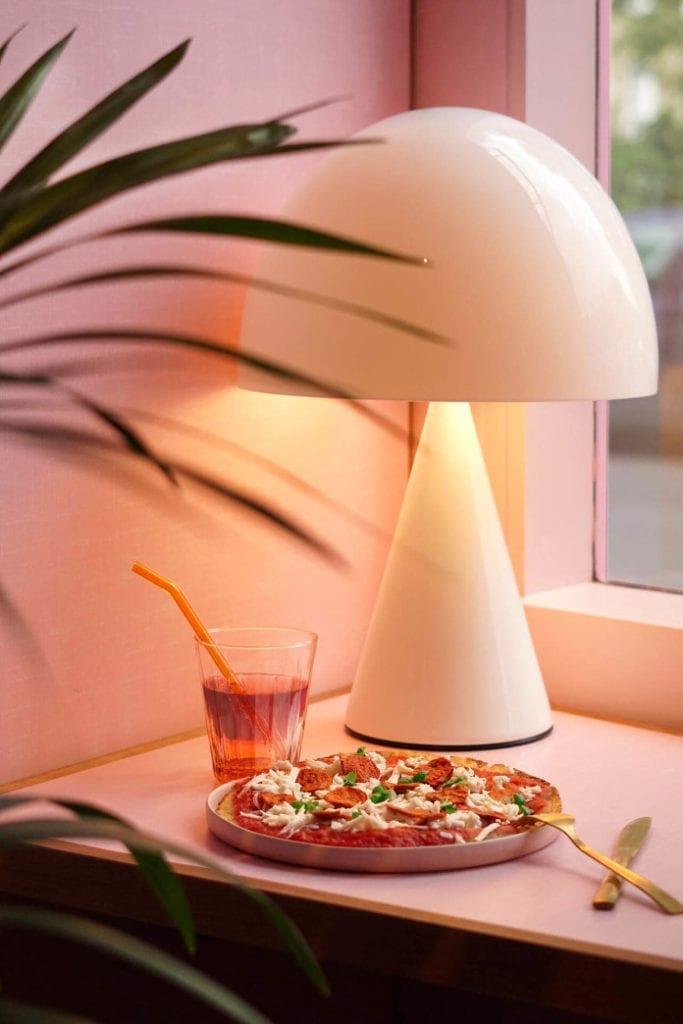 Pizza różowe talerze złote sztućce szklanki do restauracji inspiracje słomka wielokrotnego użytku