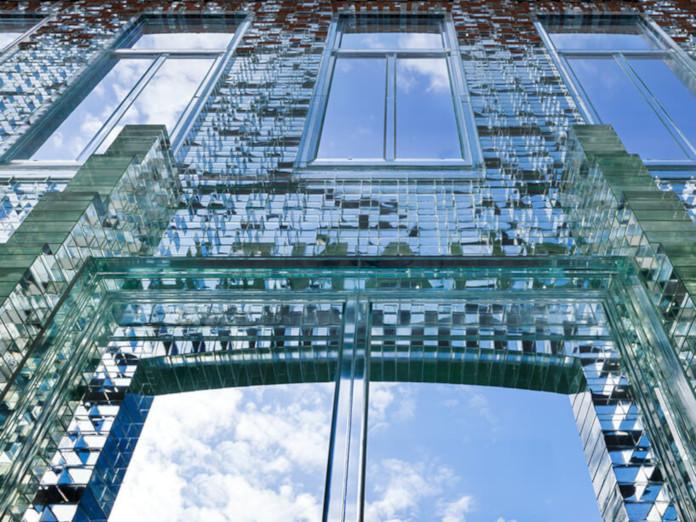 Elewacja z cegły szklanej fasada Amsterdam hermes chanel sklep design