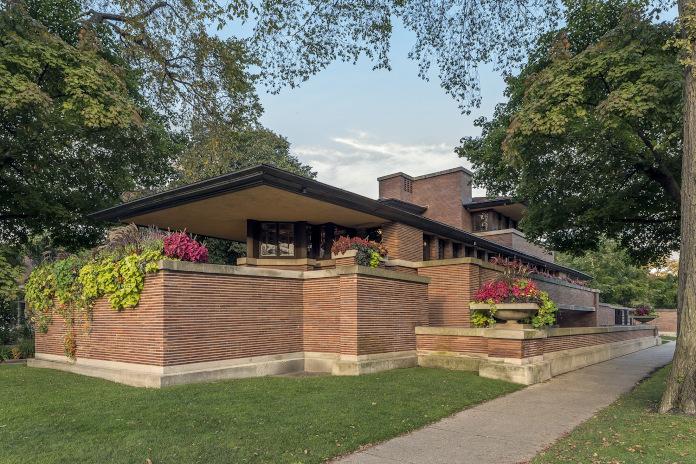 Frederick C. Robie House elewacja z cegły kwity na ogródku dom