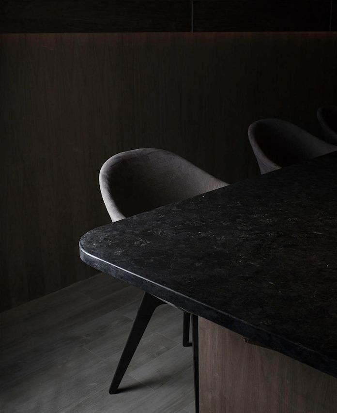 BoConcept krzesło aranżacja restauracji czarne krzeslo blat do restauracji
