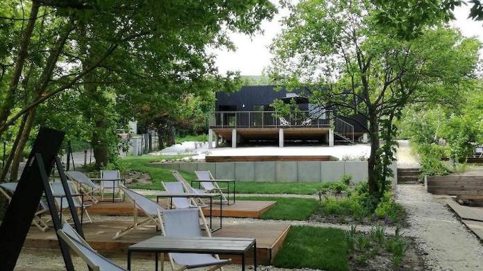 Przestrzeń publiczna ogród miejski Szeląg w Poznaniu pawilon czarny design leżaki plaża