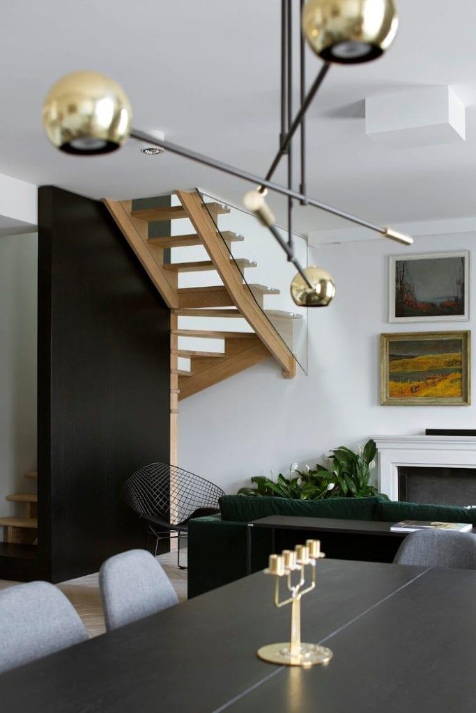 Ekskluzywne wnętrza lampa złota schody czerń biel