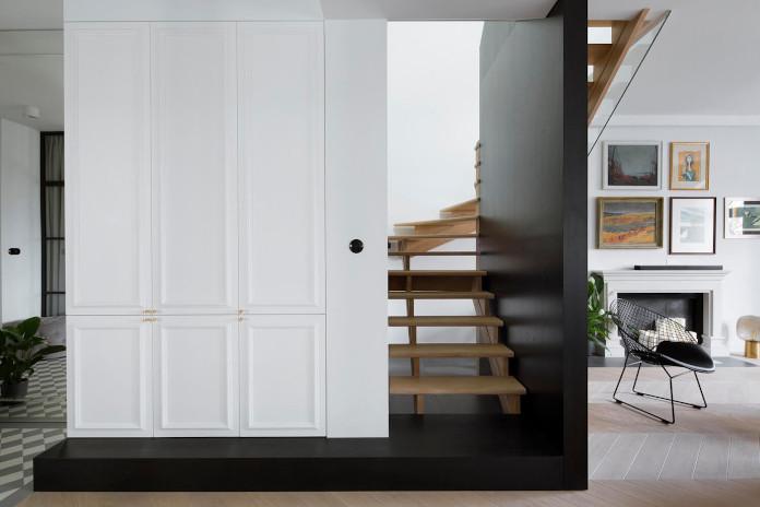 Schody w mieszkaniu szafa białe ściany drewno czerń