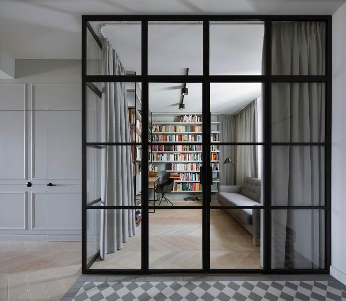 Biblioteka w mieszkaniu przeszklona ściana gabinet biuro inspiracje