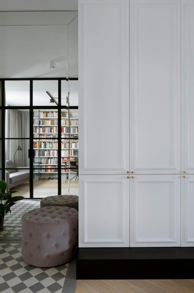 Wykończenie szafy inspiracje pufa szklane ściany