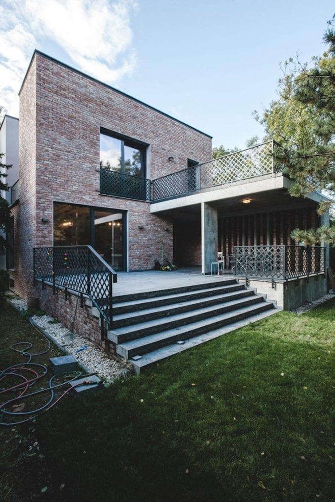 Dom z recyglingu architektura stara cegła beton surowy design industrialny styl ogród