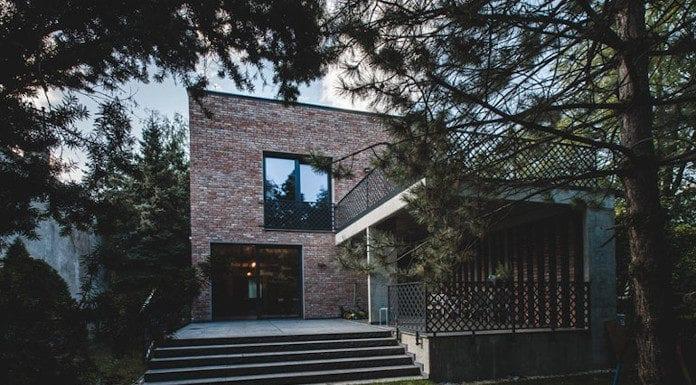 Dom z recyglingu architektura stara cegła beton surowy design industrialny styl