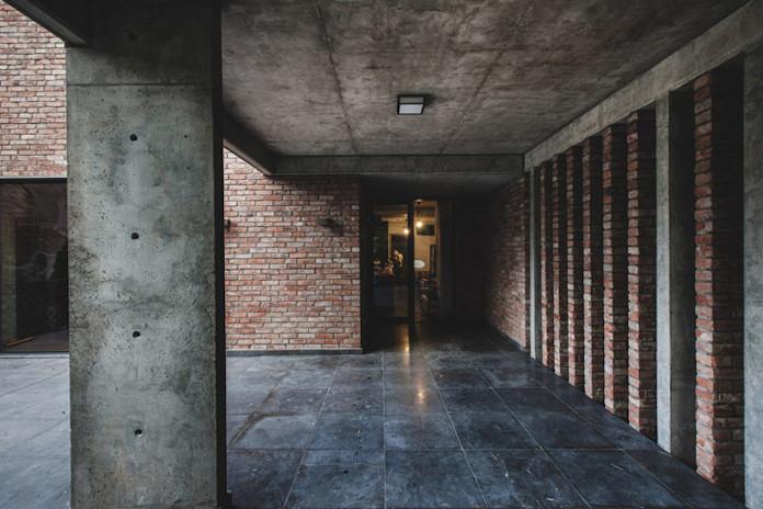 Dom z recyglingu architektura stara cegła beton surowy design industrialny styl taras w domu