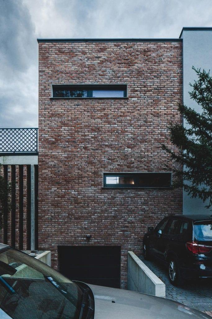 Dom z recyglingu architektura stara cegła beton surowy design industrialny styl garż w domu