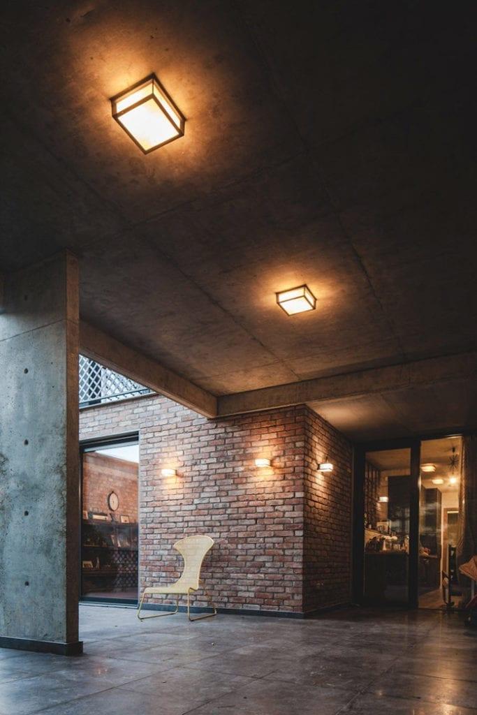 Dom z recyglingu architektura stara cegła beton surowy design industrialny styl lampy na taras