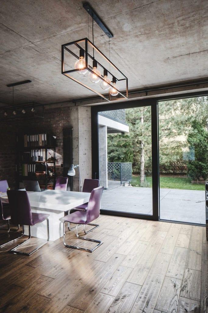 Dom z recyglingu architektura stara cegła beton surowy design industrialny styl wnętrze drewniane podłogi