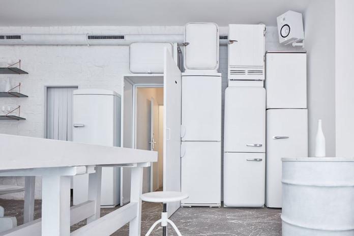 Biała przestrzeń stół krzesło retro lodówki białe wnętrza