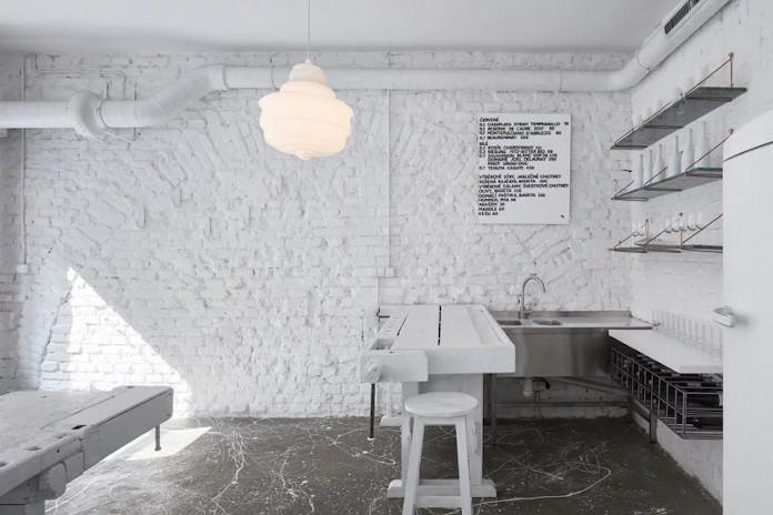 Lampa vintage retro lodówka biały stół krzesła bar Praga białę wnętrza
