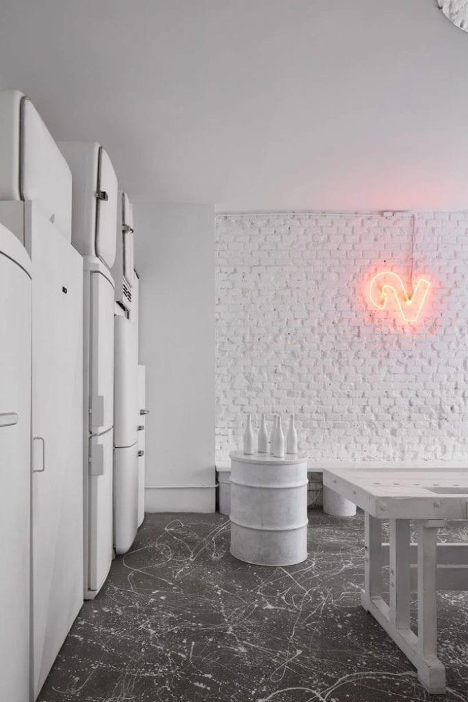 Lampa vintage retro lodówka neony biały stół krzesła bar Praga art podłoga białe wnętrza