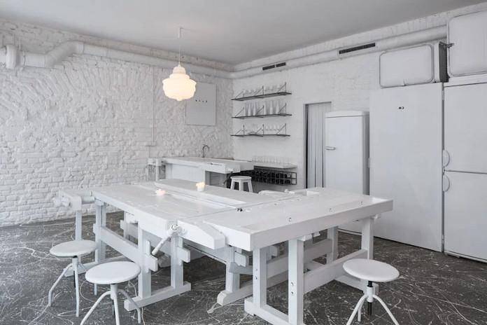 Lampa vintage retro lodówka biały stół krzesła bar Praga