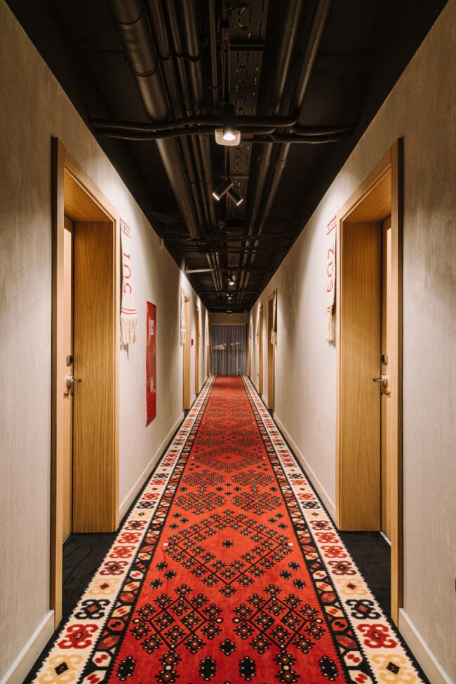Korytarz hotelu dywan beton tkaniny tkane ręcznie