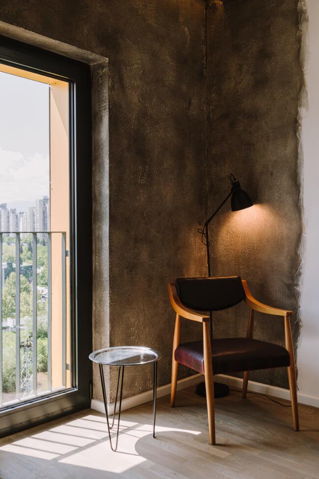 Krzesło PRL beton biel aracżacja stolik okno panoramiczne