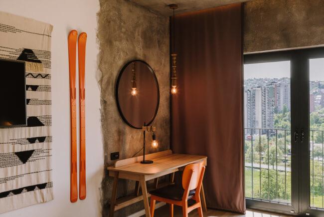 Aranżacja pokoju krzesło biurko toaletka lustro lampa dywan
