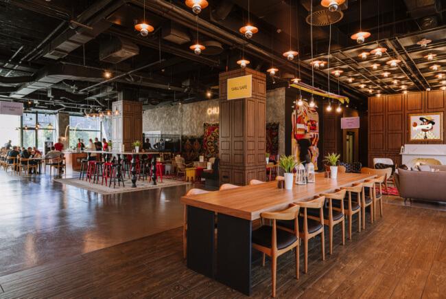 Cafe lobby hotel inspiracje bar stół krzesło lampy oświetlenie