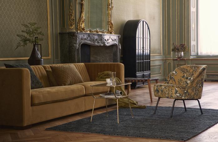 klasyczny wystrój kawowa kanapa fotel vintage dywan jodełka stolik złote dodatki do pokoju
