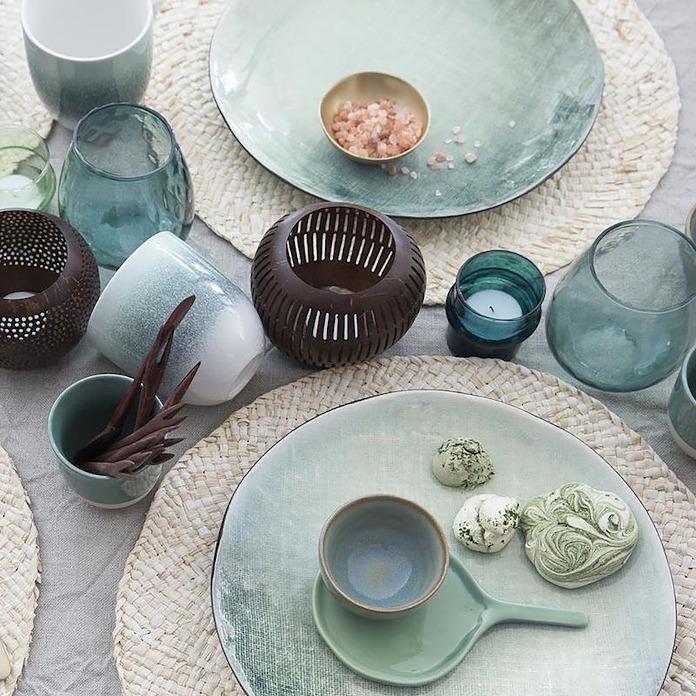 Metamorfozy wnętrz błękitne talerze ceramika świeczniki inspiracje