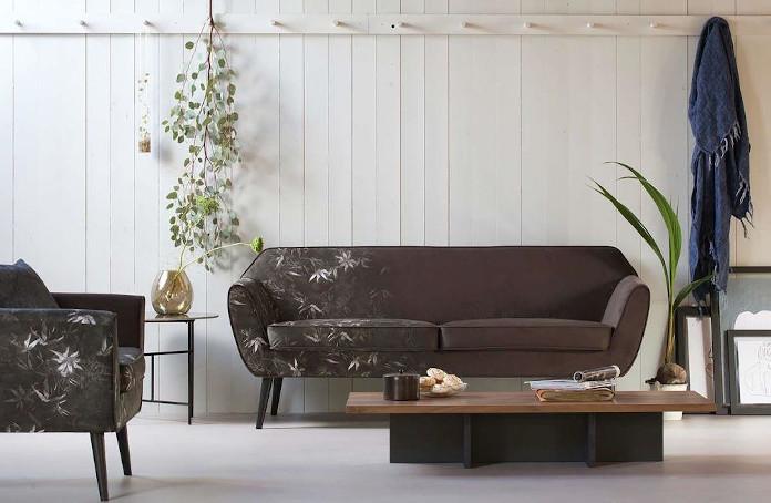 Sofa na wysokich nóżkach