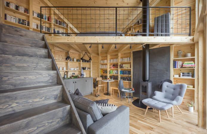 Bookworm Cabin kuchnia salon sofa krzesło kominek schody drewniany dom