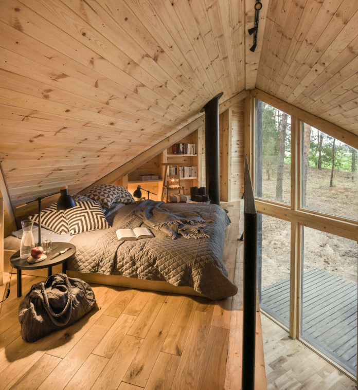 Sypialnia na antresoli łóżko panele książki okno poduszka koc