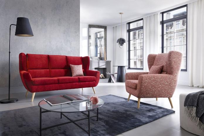 Czerwona kanapa na drewnianych nogach trendy meblowe wzorzysty fotel inspiracje