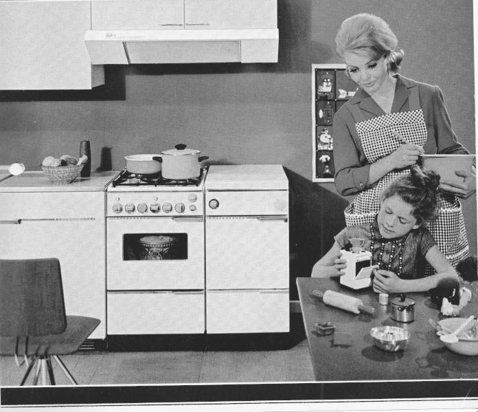 stara retro kuchnia prl vintafe krześło rodzina białe fronty stara kuchenka okap comitor