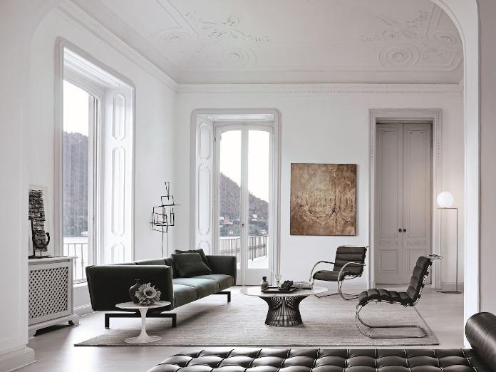 bauhaus-inspiracje-jasne-wnętrze-białe-ściany-kultowe-fotele-knoll