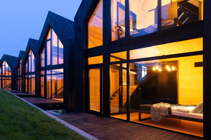 Domki nad morzem czarne ściany inspiracje architektura nowoczesna