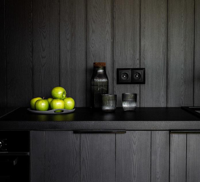 Czarne ściany kuchnia deski sosna inspiracje akcent na zdęciu
