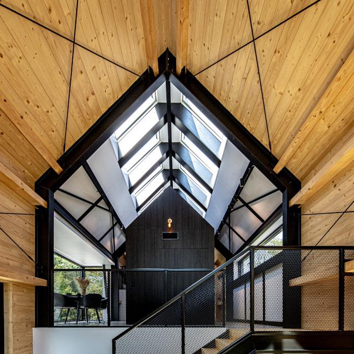 Drewnainy domek czarne ściany inspiracje sosnowe deski