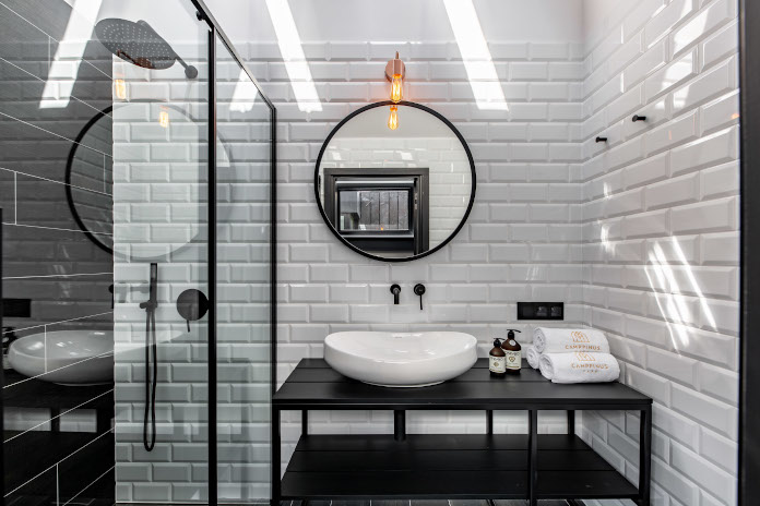 Biała łazięka inspiracje kafelki lustro