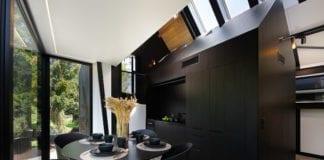 Czarne ściany domek nad morzem drewno kuchnia inspiracje