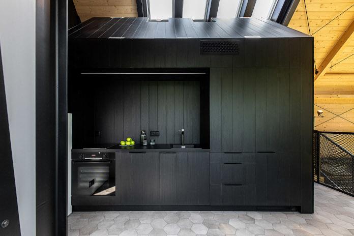 Kuchnia inspiracje czarne ściany domek nad morzem