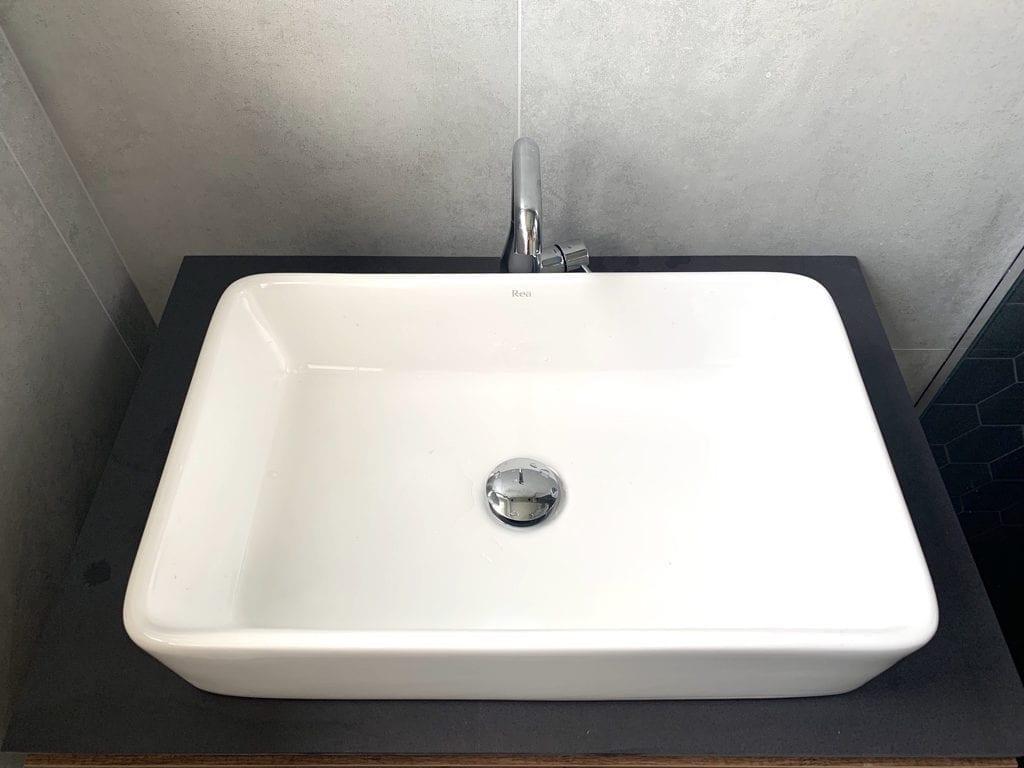 umywalka do łazienki inspiracje gres blat z płyty płytki wielkoformatowe