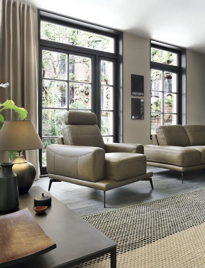 Fotel oliwkowy na wysokich nóżkach khaki inspiracje salonu