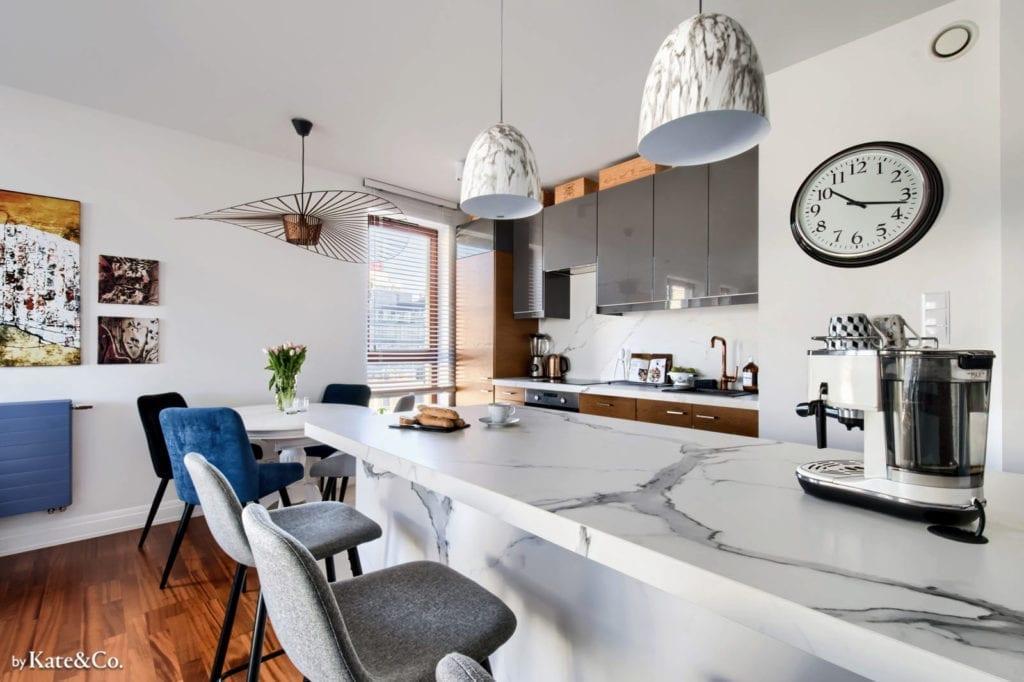 Płytki wielkoformatowe_MONOLITH_PoliszDesign marmur mieszkanie białe jasne blat lampa fotel krzesło kuchnia