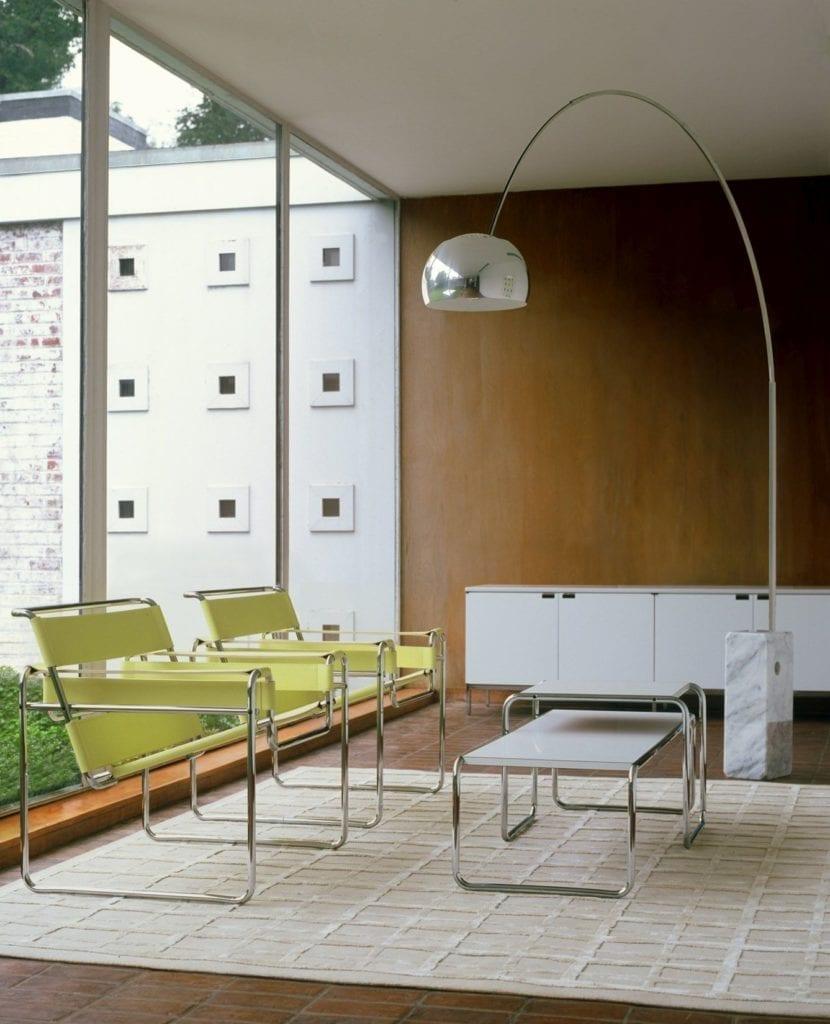 Mies van der Rohe salon z krzesłem Wassily Chair Breuera