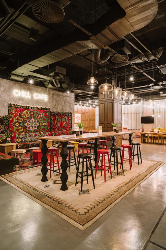 Lobby hotelu nowy design dywan na ścianie bar krzesła inspiracje lampy