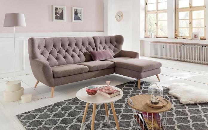 Cukierkowa sofa brązowa na wysokich nóżkach salon lampa dywan z motywem