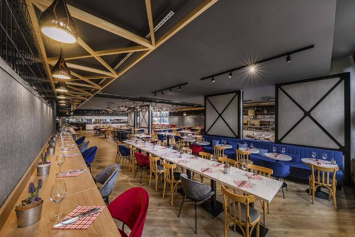 Pomysł na restaurację krzesło czerwone granatowe beton drewno inspiracje