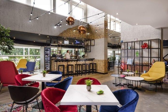 nowoczesny hotel w budapeszcze mercure czerwone krzesło granatowe krzesło velur