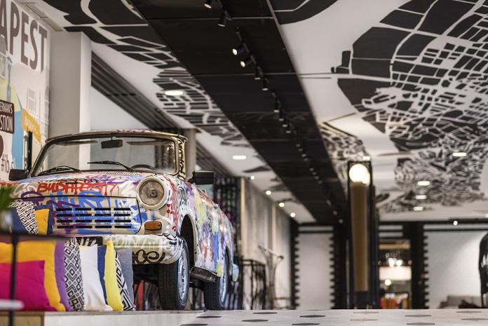 Aranżacja hallu hotelowego kolorowe poduszki pomysł na sufit