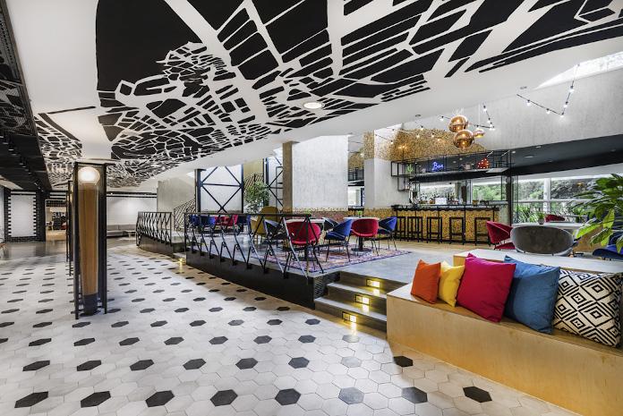 nowoczesny hotel w budapeszczeczerwone poduszki granatowa poduszka żółta płytki oktogon
