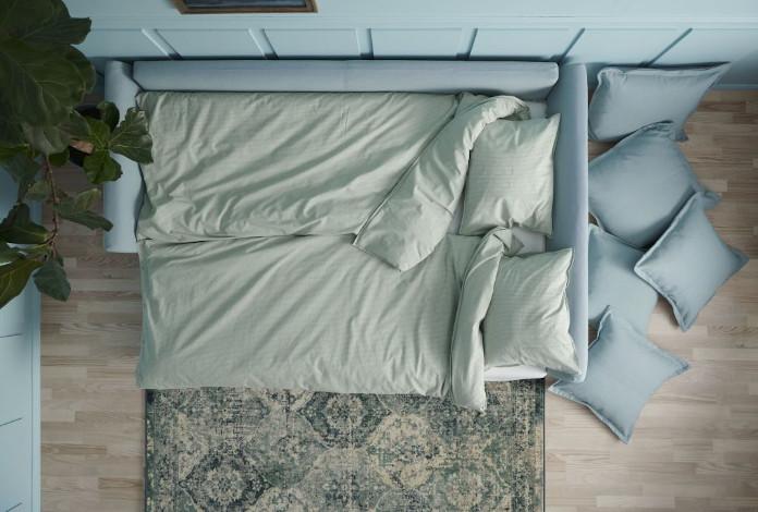 Nowy katalog ikea 2020 pościel niebieska ściany rośliny dywan parkiet poduszki dekoracyjne