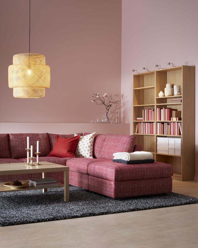 Pudrowy róż czerwona kanapa pleciona lampa stolik kawowy świeczniki regał dekorzcje nowy katalog ikea 2020 dywan melanż