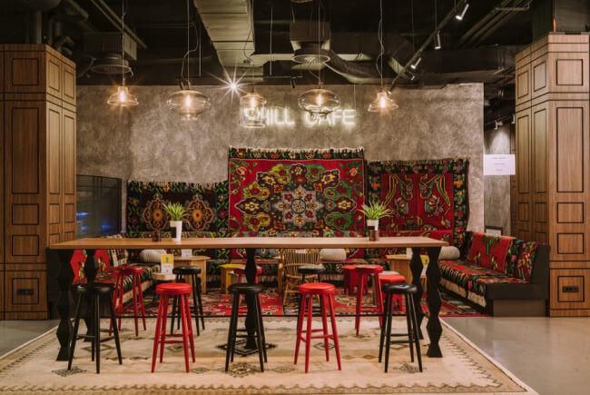 Nowy design hotel Sarajewo dywan handmade krzesła czerwone czarne